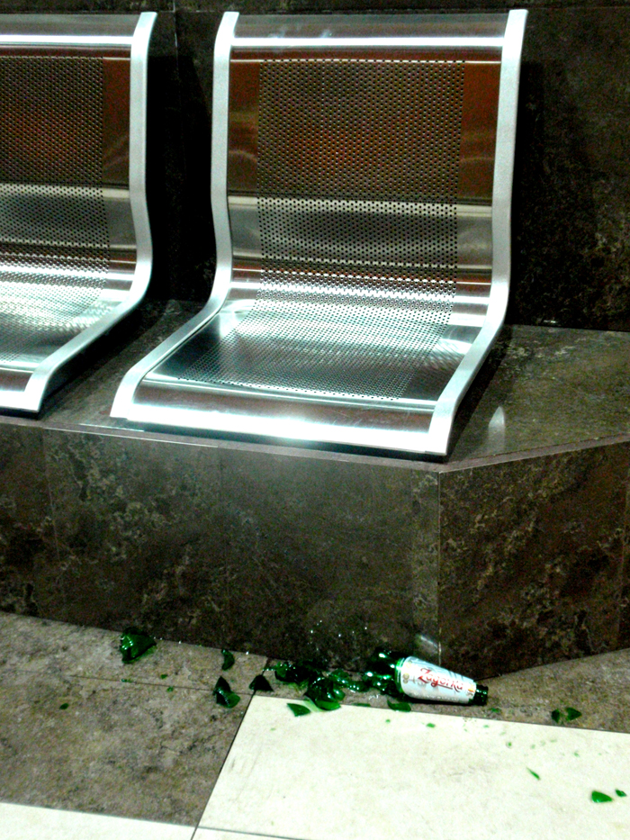 Счупена бутилка в метрото